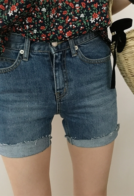 Snip denim shorts